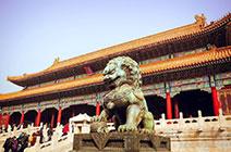 Foto de templo chino con león protector en la entrada
