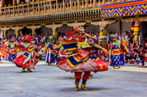 Foto de bailarines disfrazados en el festival Thimpu Drupchen