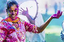 Foto de mujer india en festival de colores Holi